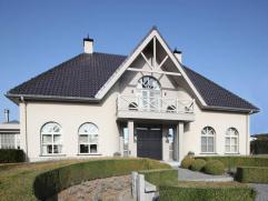 - Ruime inkomhal met apart gastentoilet voorzien van fonteintje- Prachtige woonkamers elk voorzien van openhaarden op aardgas, een haard op hout- Mooi
