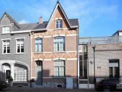 Compleet gerenoveerde en zeer ruim ingedeelde stadswoning met gezellig binnentuintje en inpandige garage. De woning heeft een aangenaam karakter en is