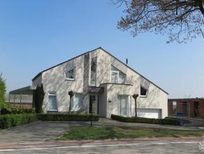 Instapklare en zeer ruim ingedeelde woning met moderne vormgeving.GELIJKVLOERSRuime inkomhal. Gastentoilet met fonteintje; volledig betegeld. Dubbele