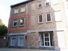 Gemeenschappelijke inkomhal op het gelijkvloers met trap of ligt naar het appartement op de 1ste verdieping. Het appartement heeft een kleine inkomhal