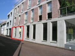 - Ruime inkomhal met ruimte voor vestiaire- Apart gastentoilet met fonteintje- Ruime woonkamer met veel lichtinval door de grote raampartijen en tegel