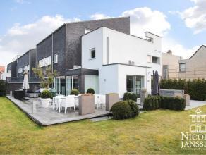 Zeer toffe en luchtige duplexwoning van 165m² met mooi terras en tuintje waar men van de nodige privacy kan genieten. GELIJKVLOERSOp het g