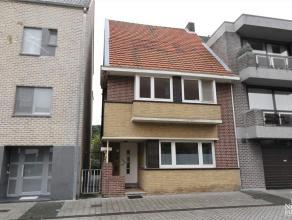 Verzorgde stadswoning met twee slaapkamers in het centrum van Maaseik.GELIJKVLOERS: Ruime inkomhal met tegelvloer en vaste houten trap naar verdieping