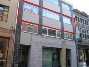 Ruim ingedeeld en bemeubeld appartement op de 2de verdieping met drie slaapkamers en open autostandplaats.2DE VERDIEPINGInkomhal met vestiaireruimte e