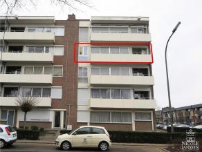 Appartement op de derde verdieping met 4 slaapkamers, autostandplaats en kelderberging.3DE VERDIEPINGInkomhal met vestiaireruimte en parketvloer. Apar