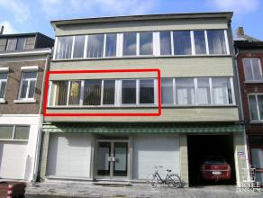 Appartement op de eerste verdieping gelegen in het centrum van Maaseik.1STE VERDIEPING:Inkomhal met vestaireruimte. Leefruimte met laminaatparket en v