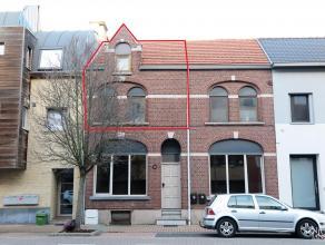 Gezellig duplex-appartement met twee slaapkamers en terras gelegen in het centrum van Maaseik. VERDIEPING Inkomhal. Woonkamer met laminaatparket en mo