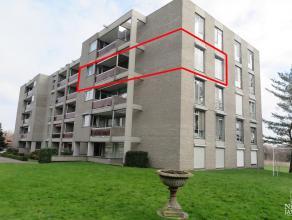 Mooi verzorgd appartement gelegen op de 3de verdieping met terras en autostandplaats in de kelder. 3DE VERDIEPING: Kleine inkomhal met vaste kastenwan