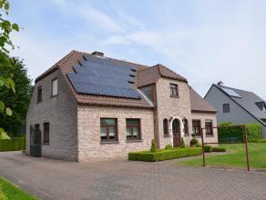 GELIJKVLOERS Ruime inkomhal. Gezellige woonkamer met inbouwhaard op hout. Toegang tot het terras via schuifruim vanuit woonkamer. Keuken (2008) met gr
