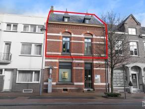 Instapklaar duplex-appartement met twee slaapkamers gelegen op wandelafstand van de markt van Maaseik. 1ste VERDIEPING Gezellige woonkamer met marmere