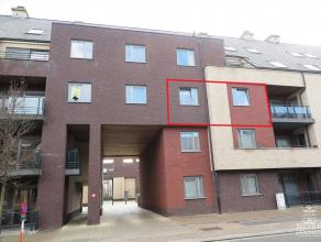 Mooi en verzorgd appartement met twee slaapkamers gelegen in het centrum van Maaseik. TWEEDE VERDIEPING Inkomhal met vestiaire. Toegang tot de woonkam