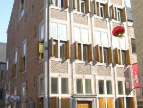 Mooi instapklaar duplex-appartement in het centrum van Maaseik. 1ste & 2de VERDIEPING: Inkomhal met apart gastentoilet. Woonkamer aan straatzijde