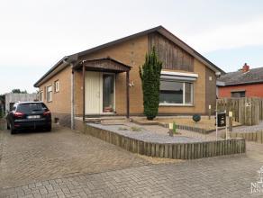 Deze gerenoveerde en praktisch ingedeelde bungalow is rustig gelegen in een kindvriendelijke omgeving. De woning werd in de afgelopen jaren volledig g