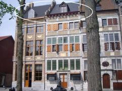 Exclusief duplex-appartement in authentiek pand gelegen op de Markt van Maaseik. INDELING : - Derde verdieping : Inkomhal met lift met privé-to