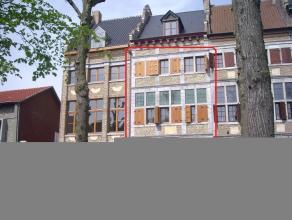Exclusief duplex-appartement in authentiek pand gelegen op de Markt in Maaseik.INDELING :- Eerste verdieping : Inkomhal, gastentoilet, trappenhal met