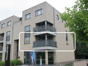 INDELING APPARTEMENT :- EERSTE VERDIEPING : Inkomhal, ruime woonkamer met veel lichtinval en aansluitend terras (3,60 x 3.50) aan de voorzijde, ingeri