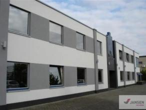 """Stijlvol kantoorgebouw op het industrieterrein """"Centrum-Zuid"""" te Houthalen-Helchteren.Het gebouw bestaat uit uit twee bouwlagen van elk 464 m² en"""