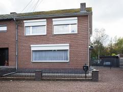 Deze woning (HOB) is gelegen in een rustige straat en werd steeds zeer goed onderhouden. Op het gelijkvloers is er een living en eetkamer, een recent