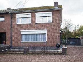Deze instapklare woning (HOB) is gelegen in een rustige straat en werd steeds zeer goed onderhouden. Op het gelijkvloers is er een living en eetkamer,