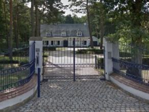 Statige villa op een perceel van 19a 47ca, omgevormd tot een kantoorgebouw van 225 m.Het perceel is volledig omheind en beschikt over een mooie aangel