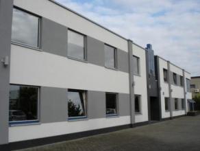 """Stijlvol kantoorgebouw op het industrieterrein """"Centrum-Zuid"""" te Houthalen-Helchteren.Het gebouw bestaat uit uit twee bouwlagen van elk 464 m en heeft"""