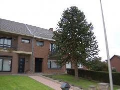 Ruime en goed verzorgde woning. Indeling: Hal - living - keuken - wasplaats - veranda - 3 slaapkamers - badkamer - terras - tuin - garage.