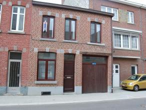 Knusse woning aan de buitenrand van het centrum. Indeling: Bureau - zitplaats - keuken met eetplaats - veranda - tuin - garage - 3 slaapkamers - badka