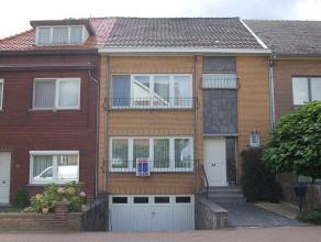 Ruime woning aan de stadsrand. Indeling: Hal - living - keuken - apart toilet - 3 slaapkamers - badkamer - tuin - terras - garage - kelder.