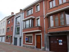 Volledig gerenoveerde woning in het centrum van Tongeren, doch gelegen in een rustige en gezellige straat. Indeling: Inkomhal - ruime living met eetpl