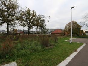 Op het einde van de doodlopende straat ligt deze bouwgrond (lot 2) voor half open bebouwing met een perceelgrootte van 4a44ca.<br /> <br /> Deze bouwg