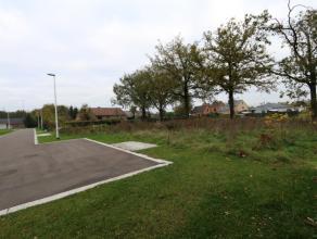Op het einde van de doodlopende straat ligt deze bouwgrond (lot 3) voor half open bebouwing met een perceelgrootte van 4a41ca.<br /> <br /> Deze bouwg