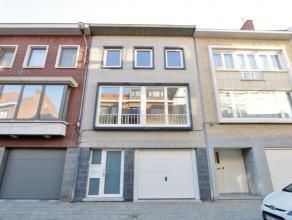 Bel-étage woning met klein ingesloten stadstuintje en garage gelegen aan het stadscentrum.<br /> <br /> De woning werd recentelijk opgefrist en