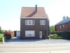 Vrijstaande woning met grote tuin in Alken (Sint-Joris).  De woning heeft volgende indeling: inkomhal, living, keuken, bijkeuken, berging, badkamer, k