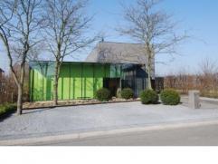 Rustig gelegen villa in moderne stijl op een omsloten perceel van 9a met een mooi aangelegde tuin en openluchtzwembad verwarmd met zonnecollectoren. L