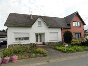 Halfopen bebouwing gelegen langs de Kiezelstraat te Hoeselt, op een perceel van 4a59ca. Deze ruime woning dient volledig gerenoveerd te worden. Indeli