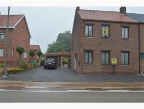Deze halfopen bebouwing is gelegen langs de Tongersesteenweg te Hoeselt, vlakbij centrum van Hoeselt en Tongeren. Zeer degelijke staat van onderhoud.