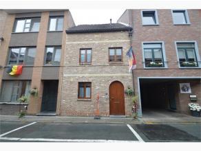 Dit gezellig rijhuisje met een bewoonbare oppervlakte van 120 m² is gelegen langs de Minderbroederstraat, vlak in het centrum van Tongeren op wan
