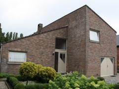 Vrijstaande woning op 28 are  Gelegen in een rustige straat in het landelijke Hoeselt vinden we deze woning terug. De indeling is als volgt : op he
