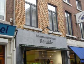 Gezellig duplex-appartement met terras in het centrum van Sint-Truiden op wandelafstand van de Grote Markt.Het mooie appartement bestaat uit woonkamer