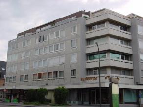 Zeer ruim appartement met drie slaapkamers en een ruime woonkamer, gelegen in het centrum van Sint Truiden, op wandelafstand van het station.De algeme