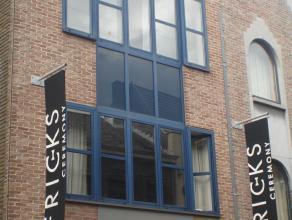 Appartement in het centrum van Sint-Truiden en op wandelafstand van Grote Markt gelegen.Indeling : - hall, wc, berging, living - eetkamer, keuken, bad