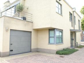 Mooi appartement met 2 slaapkamers en garage net buiten het centrum van Sint-Truiden.Het appartement bestaat uit living, keuken, badkamer, 2 slaapkame