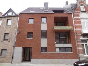 Ruim en degelijk nieuwbouw-appartement met 2 slaapkamers in het stadscentrum van Sint-Truiden, vlakbij de Grote Markt.Dit ruim, degelijk nieuwbouw-app