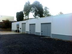 Opslag- en productieruimte van 125 m², met poort en inkomdeur. Gelegen op 100 m van de expresweg en zeer gemakkelijk bereikbaar,  ruime parking