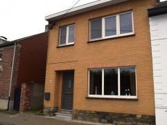 De woning werd recent voorzien van een nieuwe centrale verwarmingsinstallatie op aardgas, met hoogrendementsketel ! Nieuwe PVC ramen werd geplaatst m