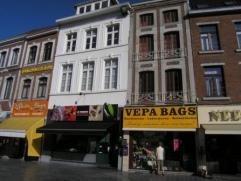 Ruim duplex appartement op de Grote Markt van Sint-Truiden.  Met living, keuken, badkamer, berging en 1 slaapkamer op de 2de verdieping. Op de 3de v