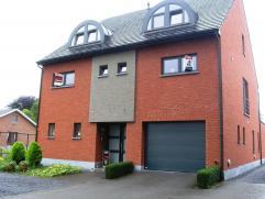 Zeer mooi duplex appartement met groot terras en garage.  Indeling: inkomhal, living, keuken, apart toilet, terras. Op de verdieping bevinden zich