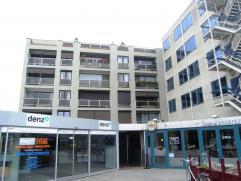 Ruim appartement met terras en 3 slaapkamers gelegen aan het stationsplein.  Indeling: inkomhal, living met terras, keuken, berging, 3 ruime slaapka