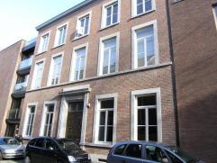 Uniek appartement van ongeveer 140 m², 2 zeer ruime slaapkamers, gewelfde kelder, toegang tot het park met fietsenberging. Unieke beleving... een
