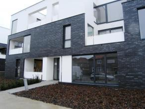 Prachtig nieuwbouw gelijkvloers appartement. Met een groot terras aan de achterzijde, deels tegels deels kunstgras. Inbegrepen in de huurprijs: gesl